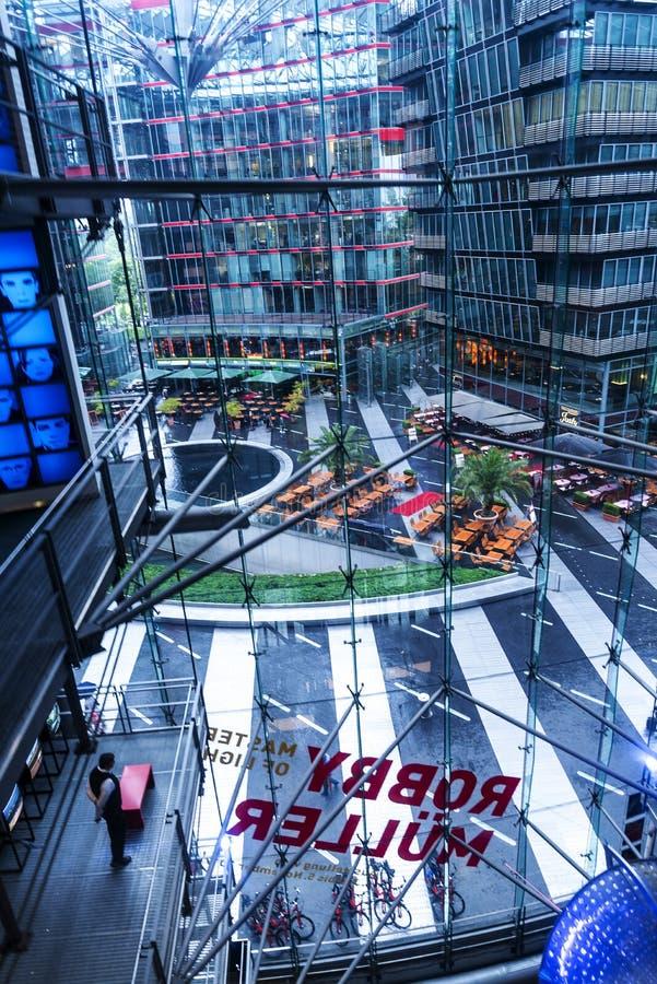 Att se ner från taket av Sony Center lokaliseras nära den Berlin Potsdamer Platz järnvägsstationen royaltyfria bilder