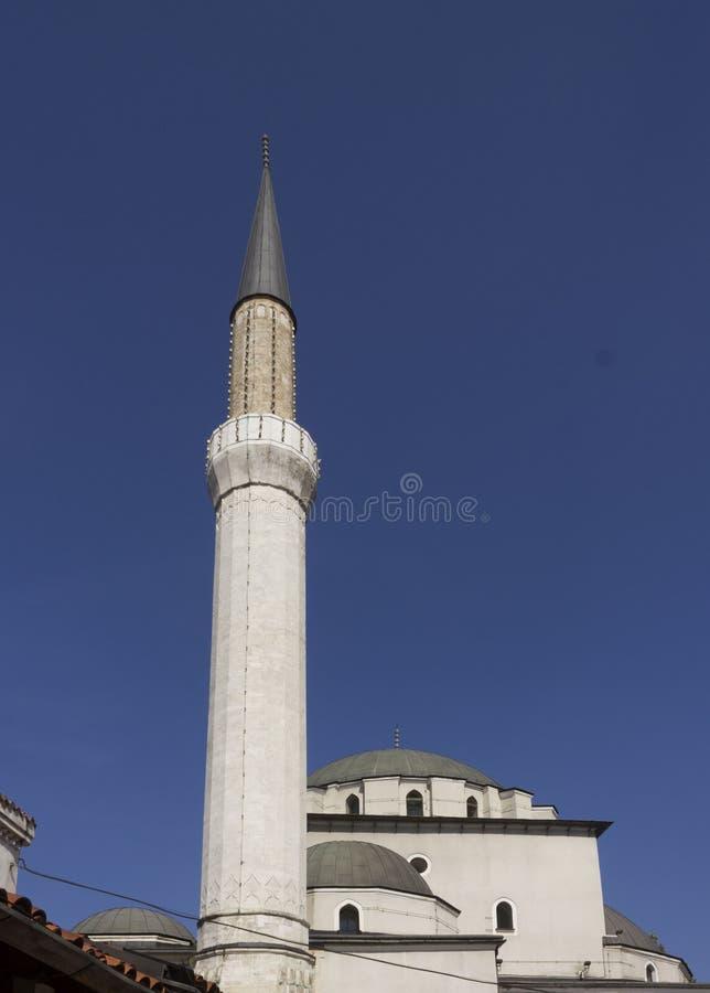 Att se upp på den majestätiska arkitekturen av Gazi Husrev tigger moskén arkivfoto
