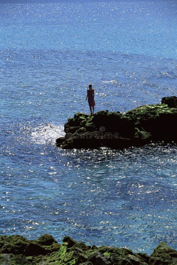 att se ut vaggar havet som plattforer till kvinnabarn arkivbild