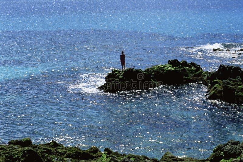att se ut vaggar havet som plattforer till kvinnabarn royaltyfri foto