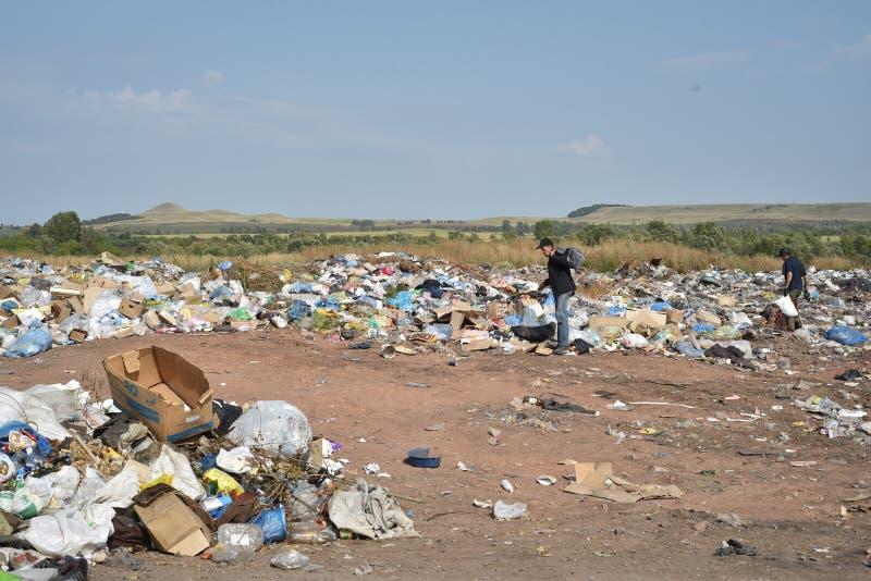 Att sikta för folk rackar ner på på nedgrävning av soporplatsen royaltyfria foton