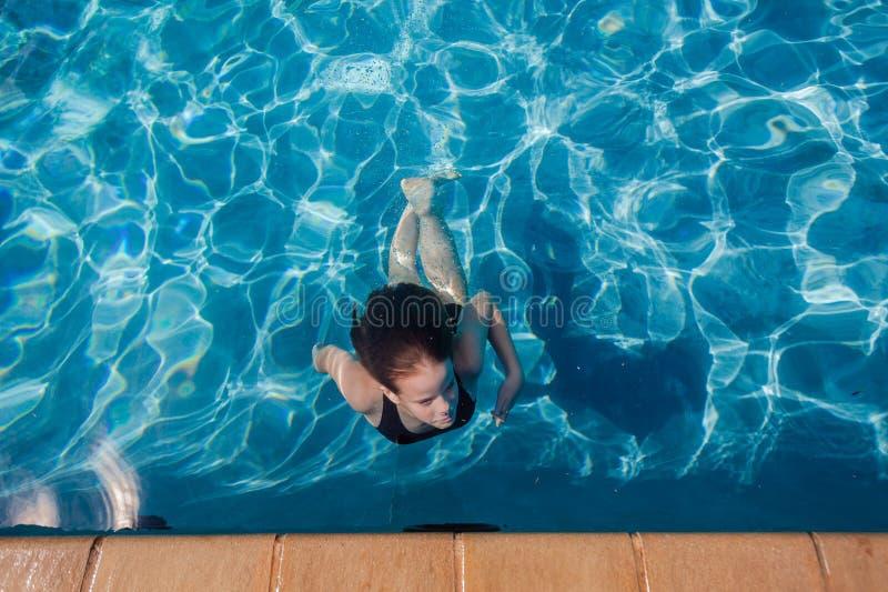 Undervattens- slår samman ytbehandla för ung flicka royaltyfri fotografi