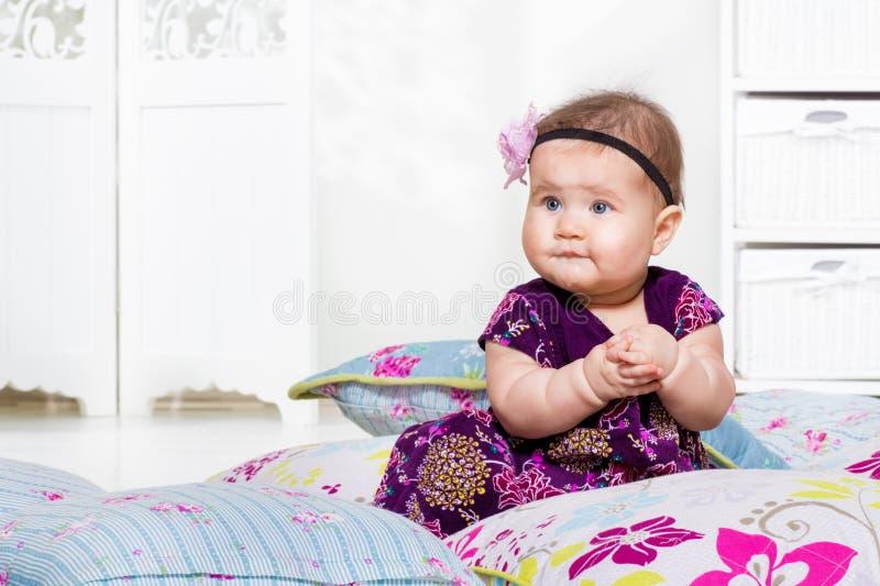 Att sitta barnvakt bland kudder fotografering för bildbyråer