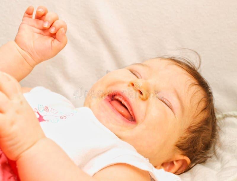 Att skratta behandla som ett barn fotografering för bildbyråer