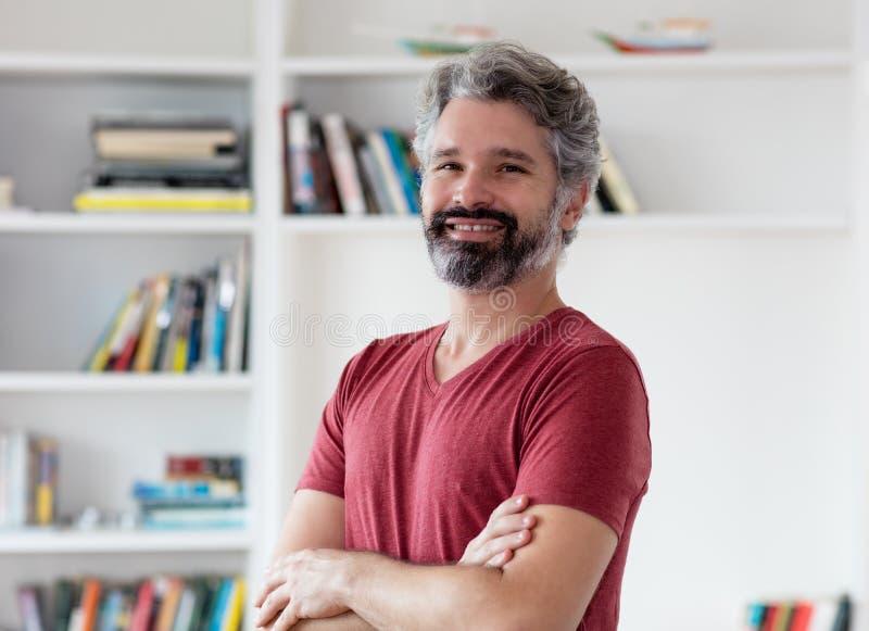 Att skratta den tyska mitt åldrades mannen med grått hår arkivfoton