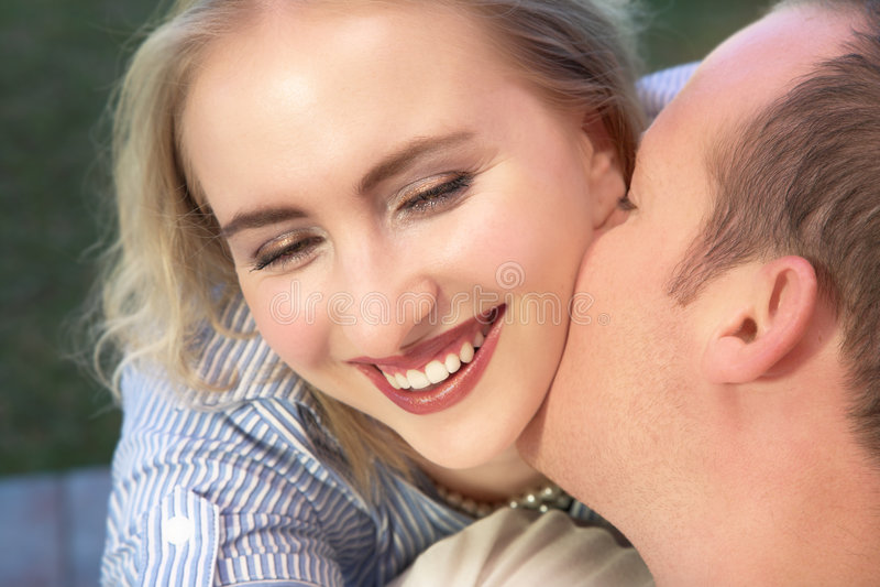 att skratta för par att gifta sig arkivfoton