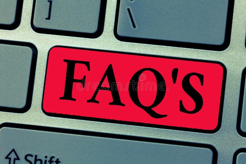 Att skriva anmärkningen som visar Faq s, är Affärsfoto som ställer ut listan av frågor och svar om ett särskilt ämne arkivfoton
