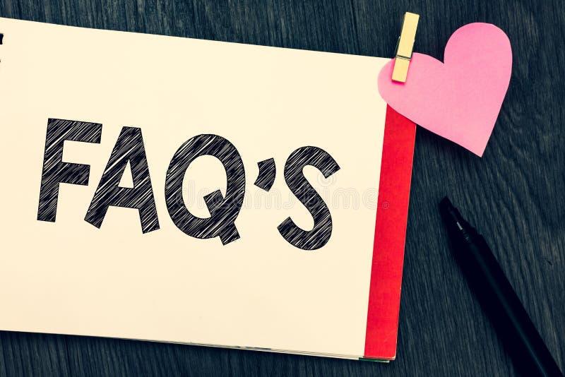 Att skriva anmärkningen som visar Faq s, är Affärsfoto som ställer ut listan av frågor och svar om ett särskilt ämne arkivbild