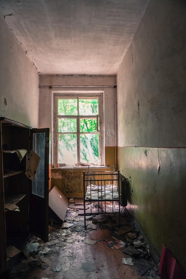 Att smula fördärvar av en skola i Pripyat, Ukraina nära Tjernobyl som övergavs efter den kärn- olyckan på åttiotalet fotografering för bildbyråer