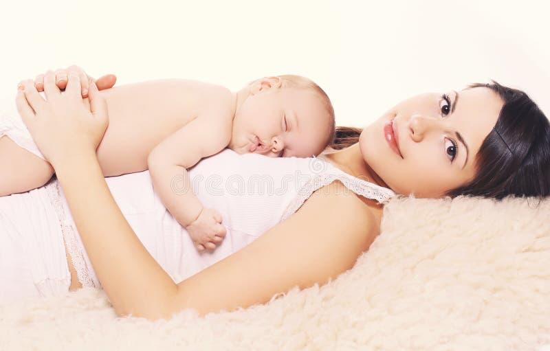 Att sova behandla som ett barn och fostrar royaltyfria bilder