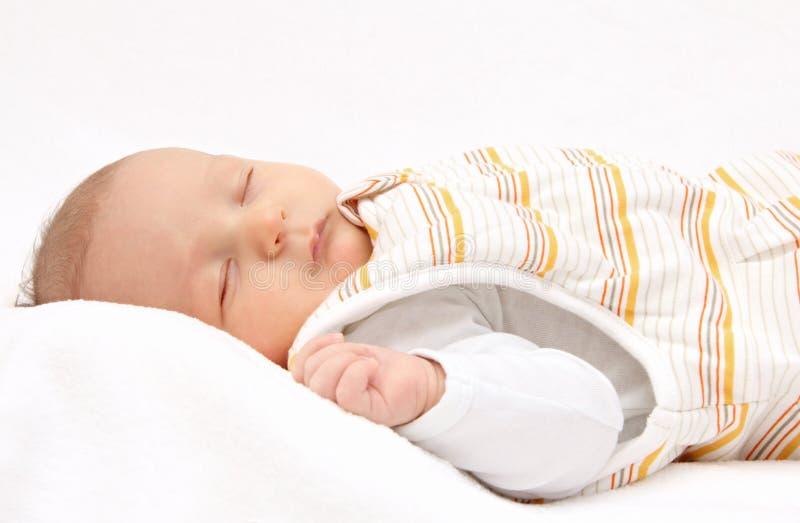 Att sova behandla som ett barn på baksida i sovsäck royaltyfri bild