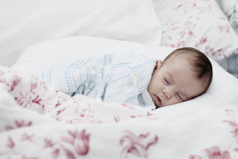 Att sova behandla som ett barn pojken royaltyfri foto