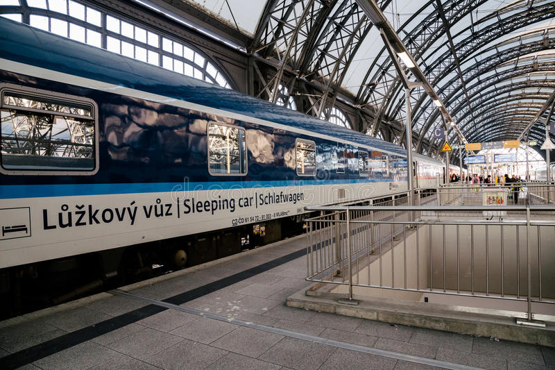 Att sova drevet stoppar på plattformen för den Dresden drevstationen arkivbild