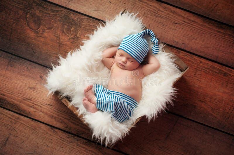 Att sova som är nyfött, behandla som ett barn bärande pyjamas arkivbilder