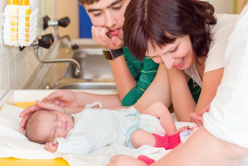 Att sova som är nyfött, behandla som ett barn i sjukhuset royaltyfria bilder