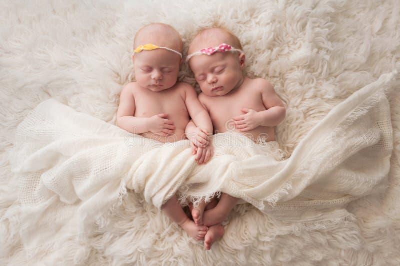 Att sova som är tvilling-, behandla som ett barn flickor arkivfoton