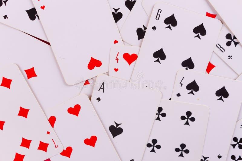 Att spela cards nära vinglaset av whisky och cigarren arkivfoton