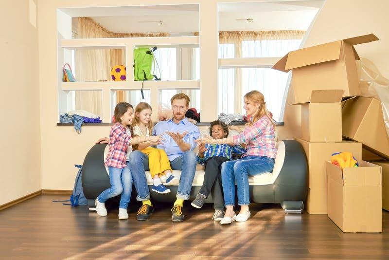 Att spela för familj vaggar pappers- sax royaltyfri foto