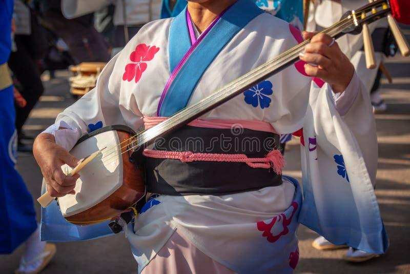 Att spela för kvinna shamisen på Awa Odori traditionell japansk dansfestival royaltyfria bilder