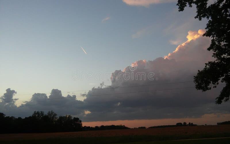Att stå högt fördunklar på solnedgången arkivfoton