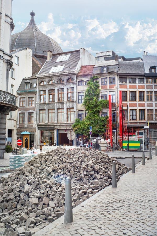 Att stenlägga arbetar på gatan av den gamla staden av Liege royaltyfri foto