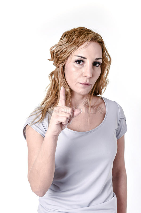 Att stirra för kvinna som är intensivt med ilskna och utmanande ögon sviker in, framsidauttryck fotografering för bildbyråer