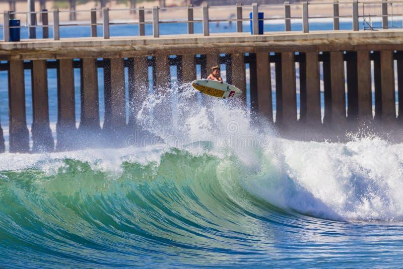 Att surfa vinkar ryttaren luftar arkivbilder