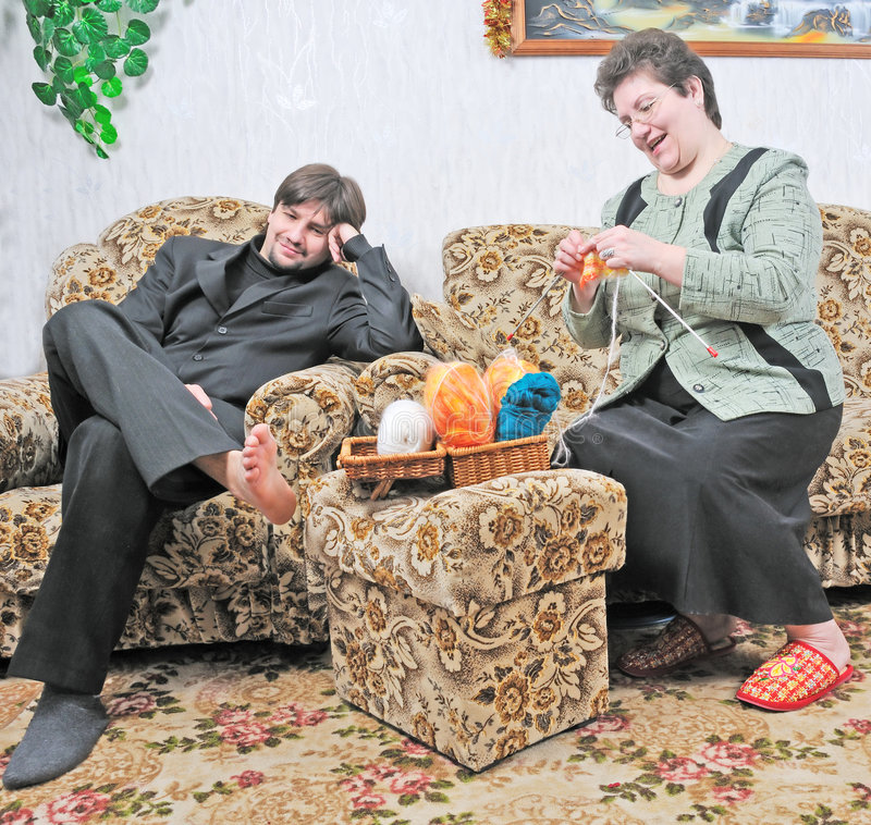 att sy sitter sofakvinnan royaltyfria bilder