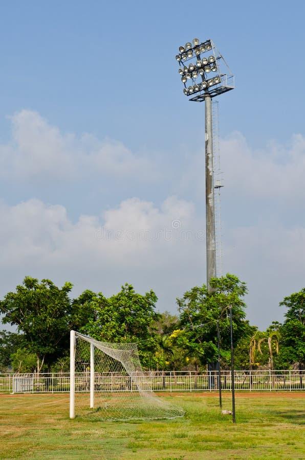 Att tända står hög av stadion med fotbollmål royaltyfri bild