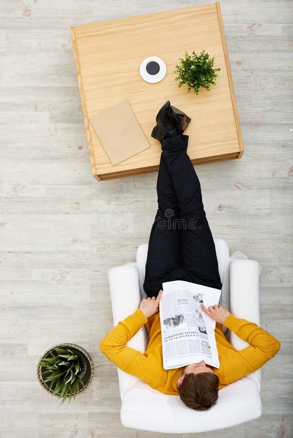Att ta ta sig en tupplur i vardagsrum arkivfoton