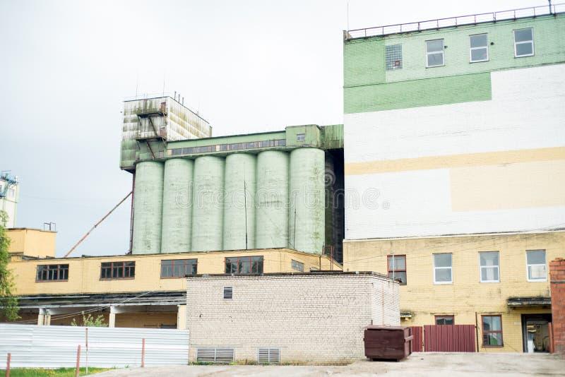 Att titta upp på en silo för betong- eller cementlagring vid en fabrik för industrimjöl arkivfoton