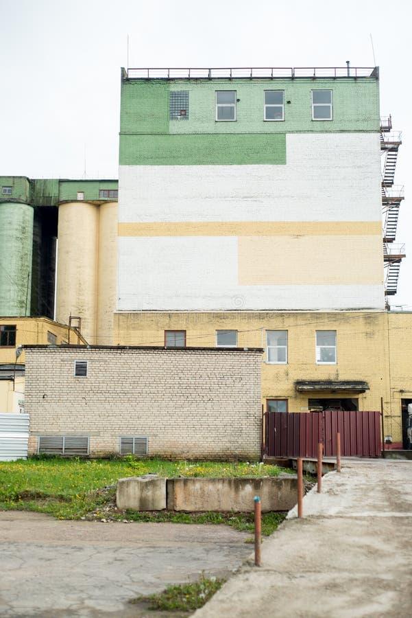 Att titta upp på en silo för betong- eller cementlagring vid en fabrik för industrimjöl royaltyfri fotografi