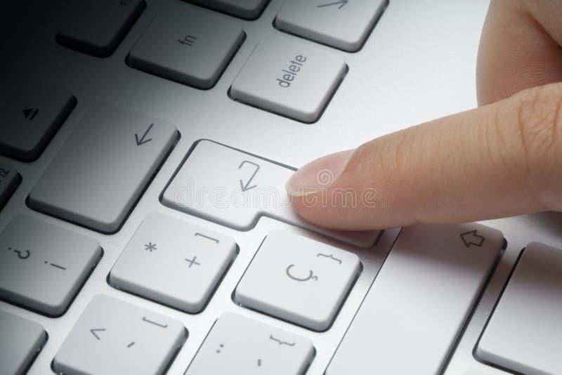 Att trycka på för pekfinger skriver in tangent arkivfoto
