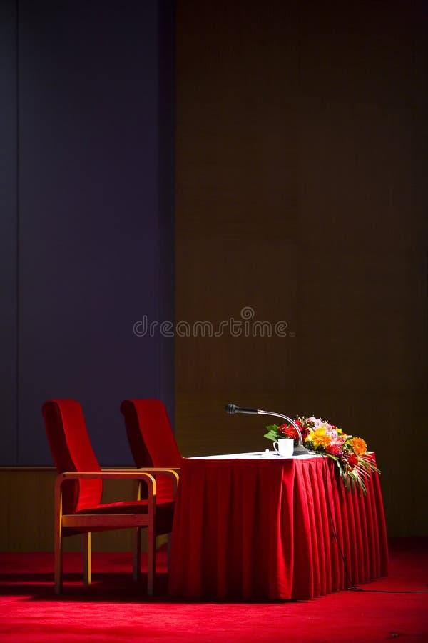 Att vänta föreläser arrangerar arkivbilder