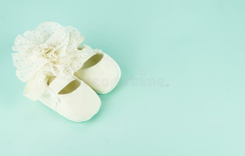 Att vänta på behandla som ett barn vita balettskor för nyfött arkivfoto