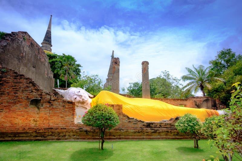 Att vila Buddha är en staty som föreställer Buddha som ner ligger a royaltyfri bild