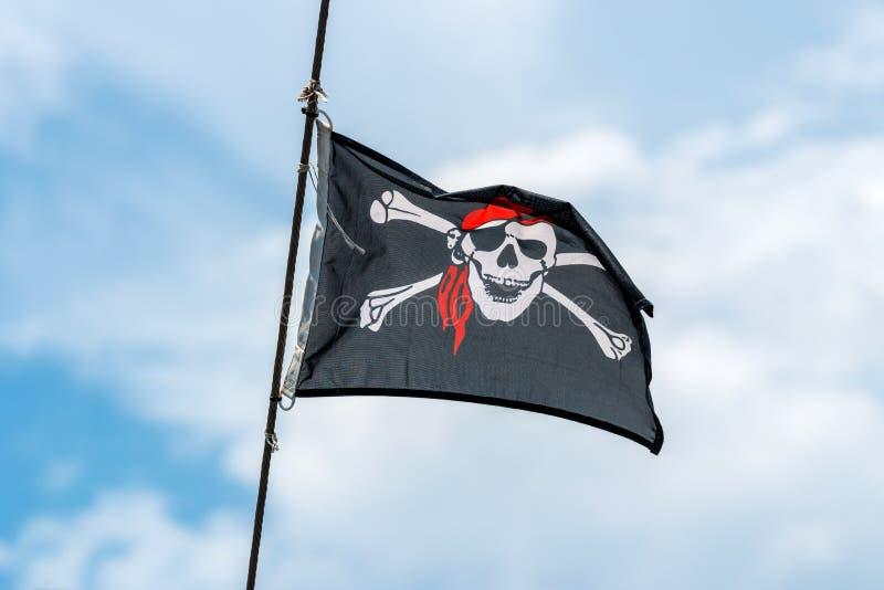 Att vinka i vinden piratkopierar flaggan på masten arkivbilder