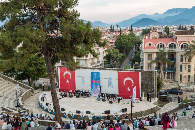 Att virvla dervischer visar och konserten för religiös musik för att börja av ramadan på den Marmaris amfiteatern i Marmaris, Tur royaltyfria bilder