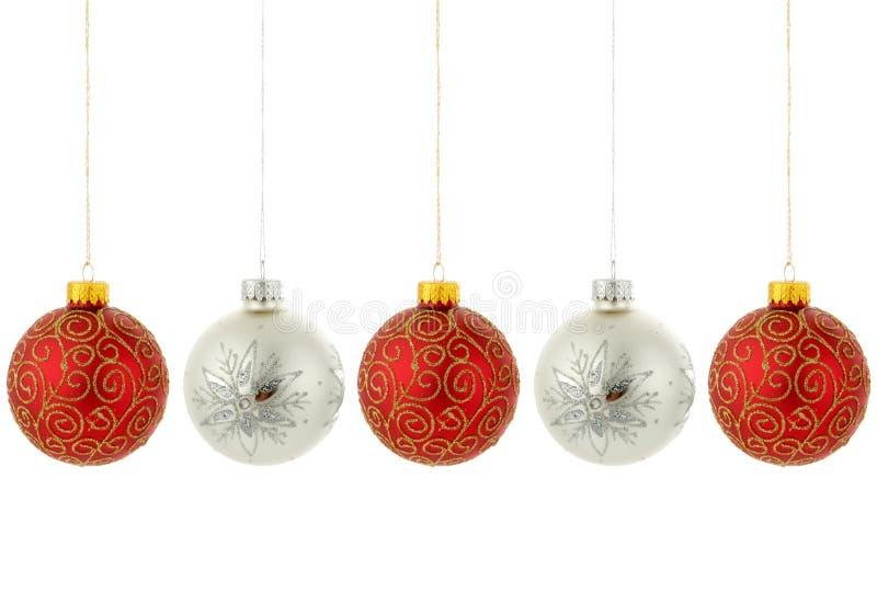 Attaccatura degli ornamenti dell'albero di Natale fotografie stock