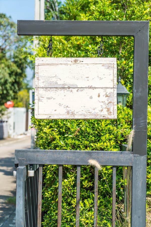 attaccatura del legno vuota del segno fotografia stock libera da diritti