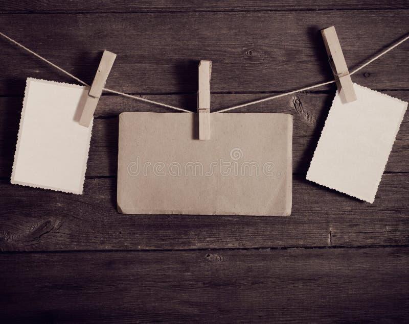 Attaccatura della carta della foto da rope con le mollette per il bucato fotografia stock libera da diritti