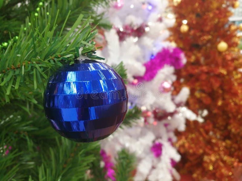 Attaccatura delle decorazioni di Natale fotografie stock libere da diritti