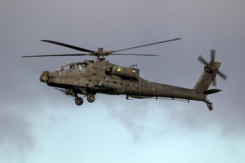 Attacco con elicottero di Boeing AH-64 in volo fotografia stock libera da diritti