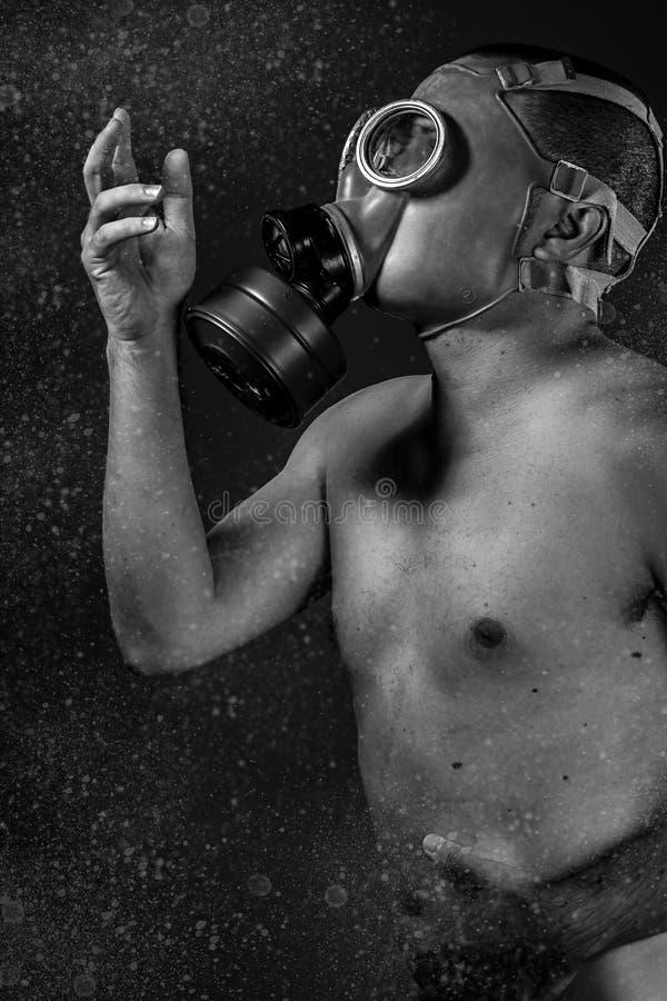 Attacco di distruzione. Un uomo in una maschera antigas nel fumo. b artistica fotografia stock libera da diritti