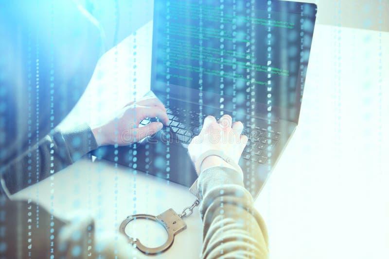 Attacco di segretezza del computer Il programmatore dei pirati informatici considera lo schermo e con forza redige le informazion fotografia stock libera da diritti