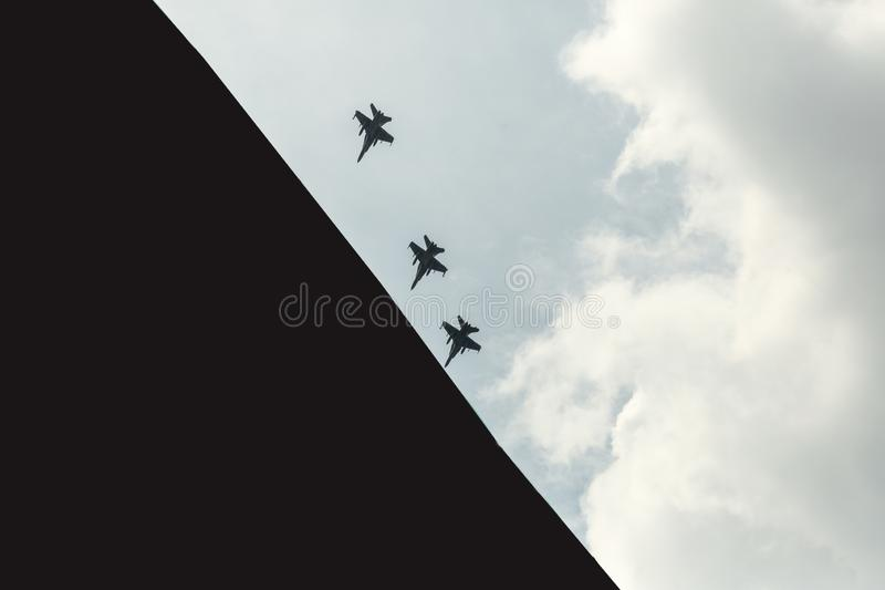 Attacco! Getti militari sul cielo fotografia stock
