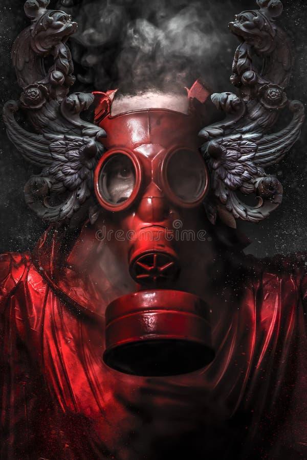 Attacco nucleare. Un uomo in una maschera antigas nel fumo. backg artistico fotografia stock