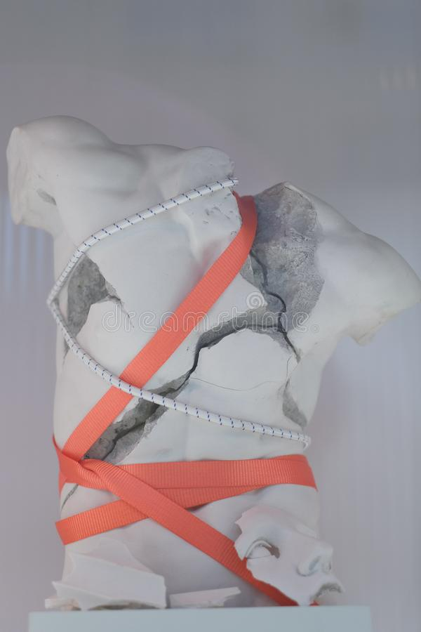 Attaché avec le torse de gypse cassé par corde photo libre de droits
