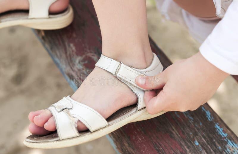 Attache de Velcro sur des sandales photos libres de droits