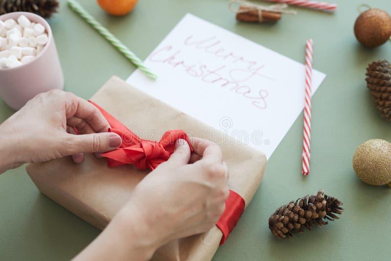 Attachement de l'arc sur le boîte-cadeau images stock
